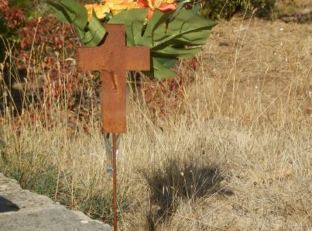 croix en metal avec vase