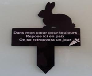 Plaque funéraire lapin